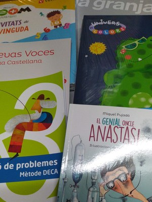 Repartiment dels llibres de text gratuïts per l'alumnat de Torres de Segre.jpeg
