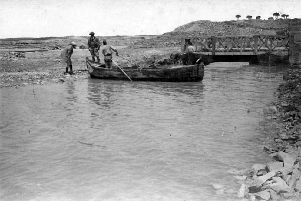 1913 barca inspecciona obres Embassament Utxesa.JPG
